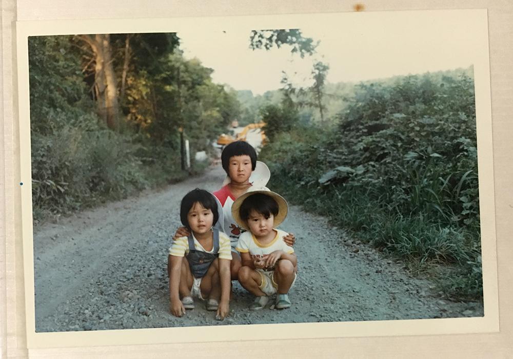 こどもの頃の写真。トモコさん11歳、ワカバさん5歳、弟のマナブさん4歳